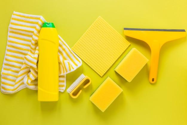 Asortyment produktów płaskich z ściereczką i gąbkami