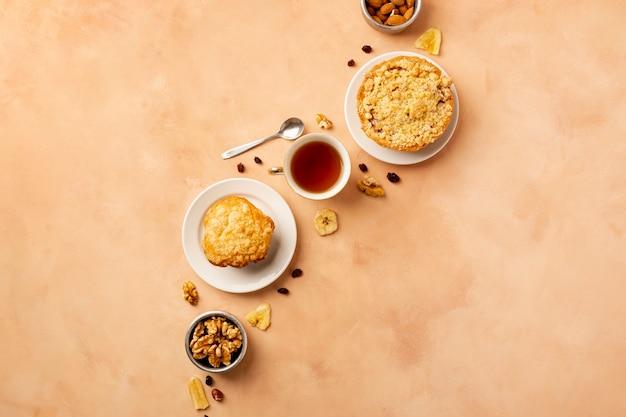 Asortyment produktów płaskich ze smacznym jedzeniem i pomarańczowym tłem