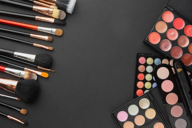 Asortyment produktów płaskich ze szczotkami do makijażu i paletami