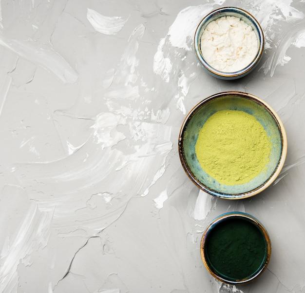 Asortyment proszku organicznego w miskach