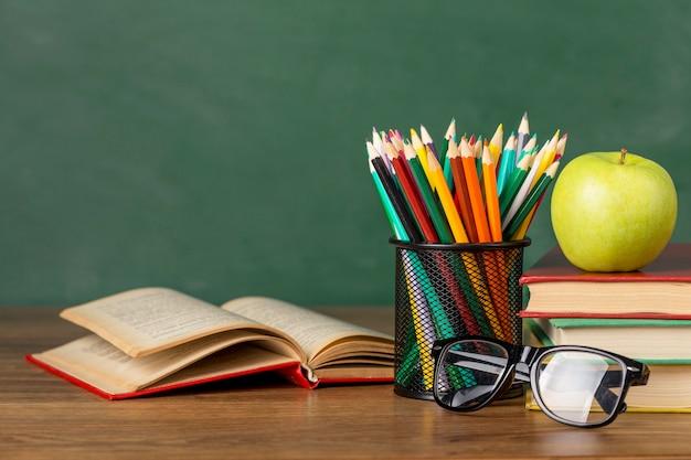 Asortyment przedmiotów edukacyjnych z przodu