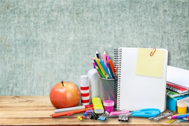 Asortyment przyborów szkolnych na tle