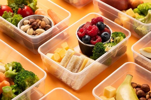 Asortyment pudełek na lunch ze zdrową żywnością pod dużym kątem