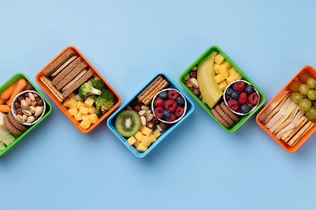 Asortyment pudełek na lunch ze zdrową żywnością powyżej widoku