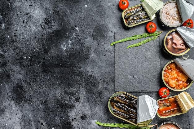 Asortyment puszek w puszkach z różnymi rodzajami ryb i owoców morza