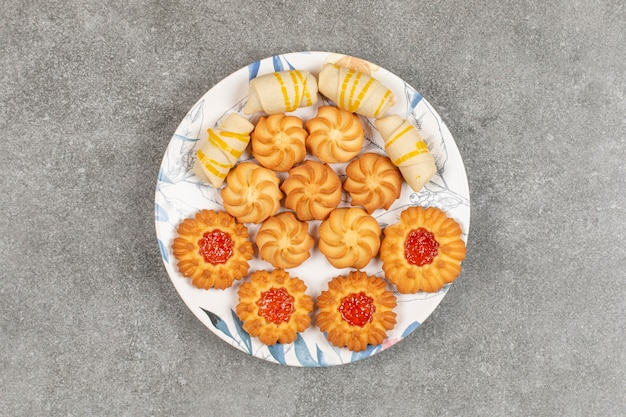 Asortyment pysznych słodyczy na kolorowym talerzu.
