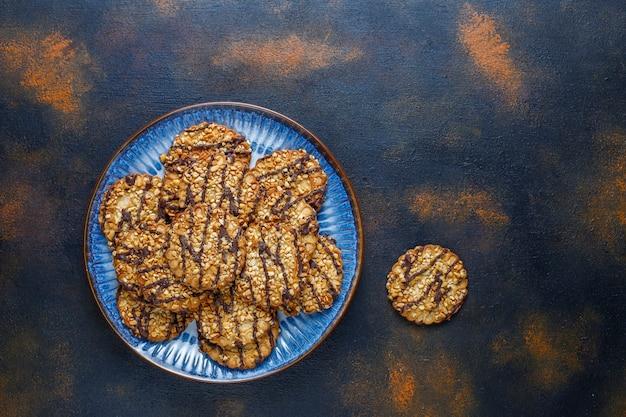 Asortyment pysznych świeżych ciasteczek.