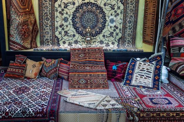 Asortyment ręcznie robionych dywanów na orientalnym bazarze.