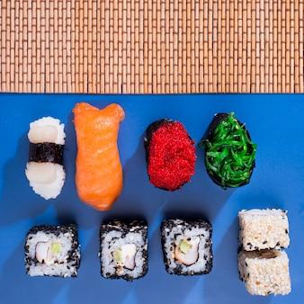 Asortyment rolek sushi