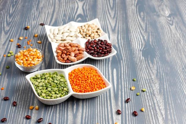 Asortyment roślin strączkowych i fasoli zdrowa wegańska żywność białkowa.