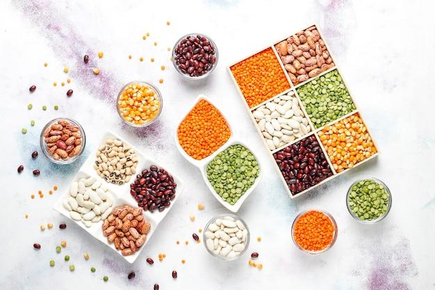 Asortyment roślin strączkowych i fasoli. zdrowa wegańska żywność białkowa.