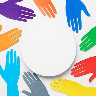 Asortyment różnorodności widok z góry z różnymi kolorowymi rękami papierowymi