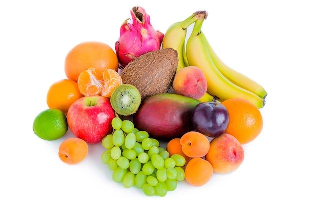 Asortyment różnych owoców na białym tle banany, pitaja, mango, zielone winogrona, jabłko, śliwka, kokos, brzoskwinie, morele, mandarynki.