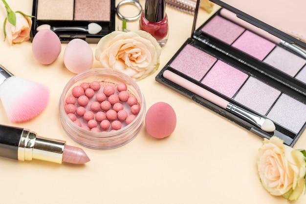 Asortyment różnych produktów kosmetycznych pod dużym kątem