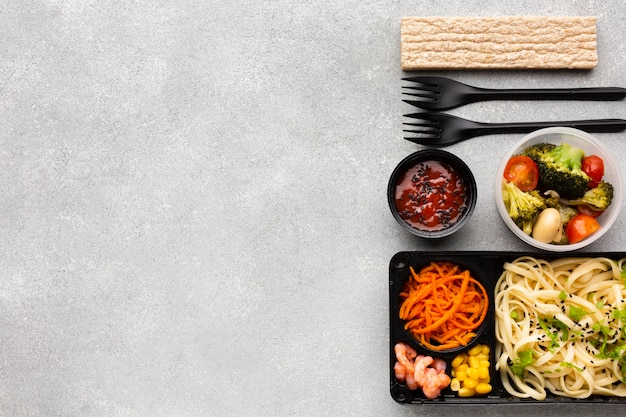 Asortyment różnych produktów spożywczych na stole z miejsca na kopię