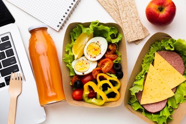 Asortyment różnych produktów spożywczych z widokiem z góry