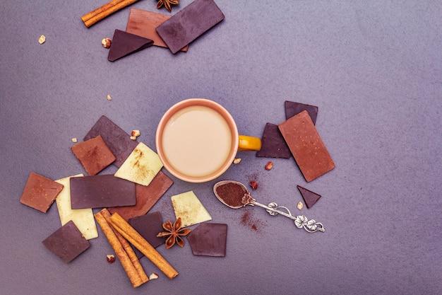 Asortyment różnych rodzajów czekolady i kawy