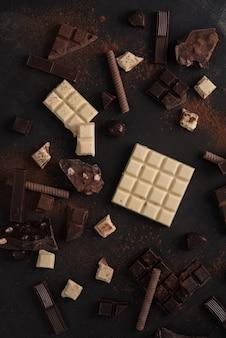 Asortyment różnych rodzajów tabliczek czekolady rozbił się na kawałki