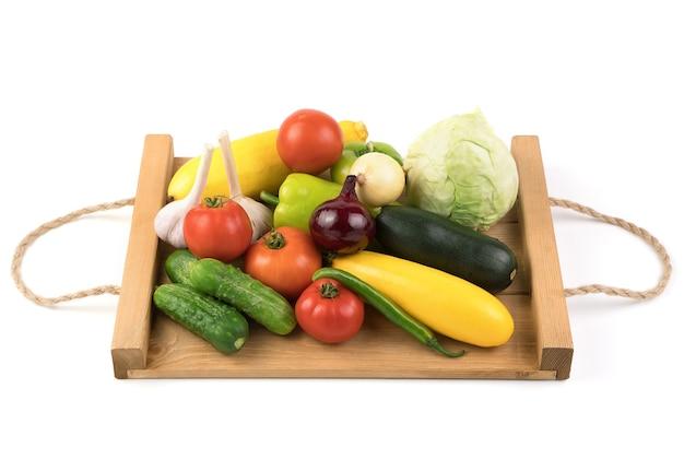 Asortyment różnych świeżych warzyw.