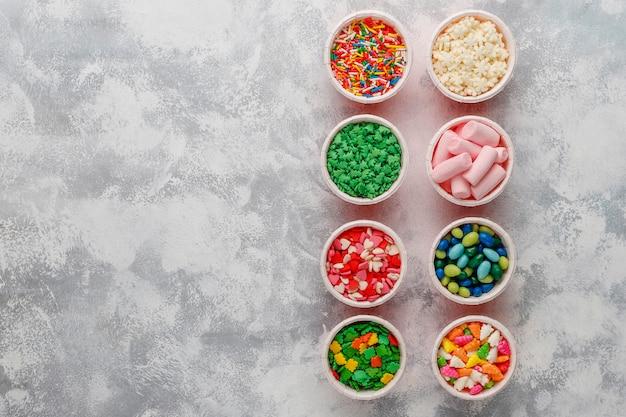 Asortyment różnych wielkanocnych dekoracyjnych cukru posypki, jedzenie, widok z góry