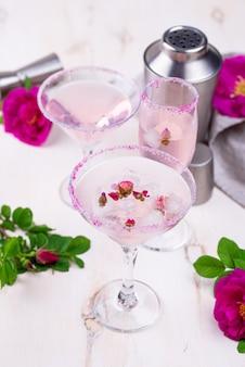 Asortyment różowych koktajli z syropem różanym.