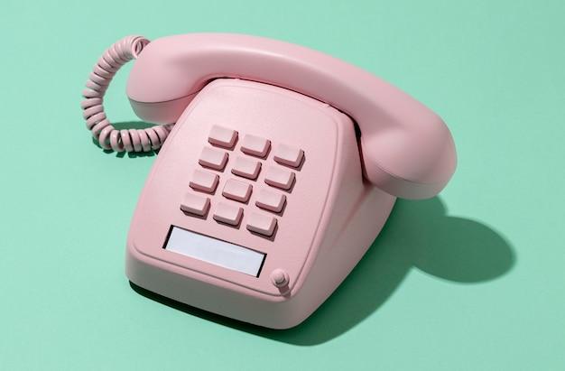 Asortyment różowych telefonów w stylu vintage