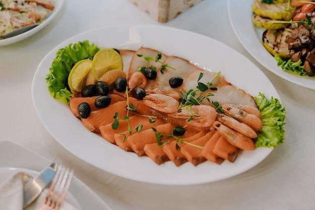 Asortyment ryb w talerzu. restauracja owoce morza. talerz zdrowego świeżego łososia.