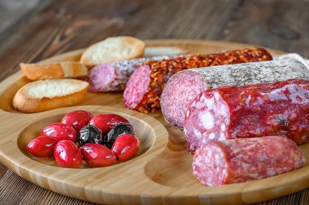 Asortyment salami z przystawkami