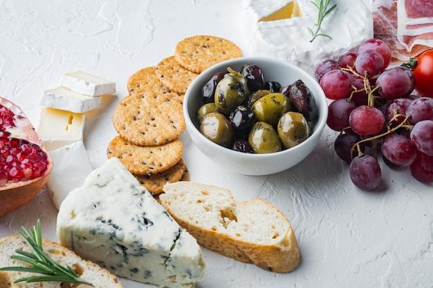 Asortyment serów i przystawek mięsnych,