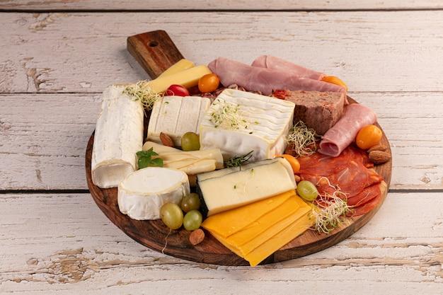 Asortyment serów i wędlin