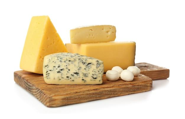 Asortyment serów na desce na białym tle