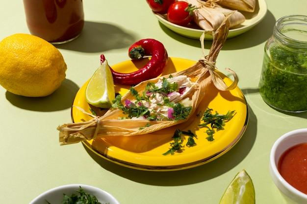 Asortyment składników tamales na zielonym stole