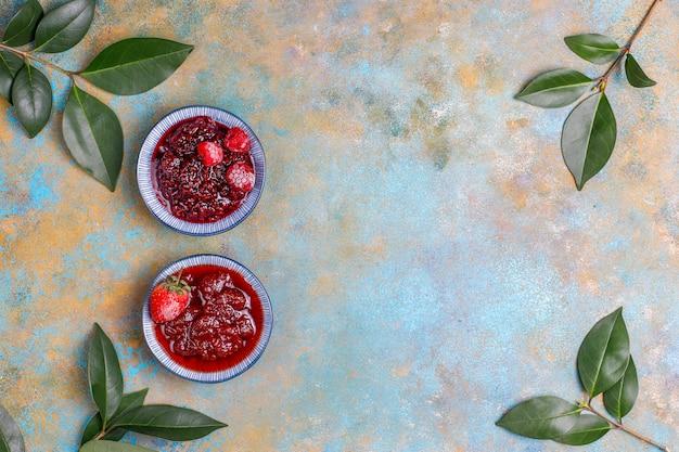 Asortyment słodkich dżemów i sezonowych owoców i jagód, widok z góry