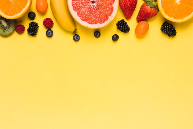 Asortyment słodkich soczystych owoców