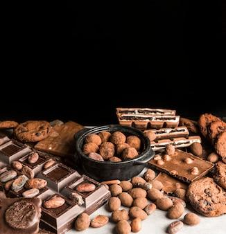 Asortyment słodyczy czekoladowych pod dużym kątem