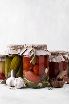 Asortyment słoików z konserwowanymi warzywami