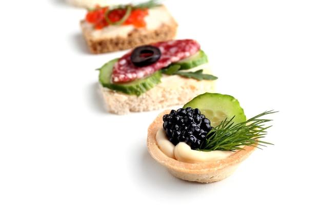 Asortyment smacznych kanapek na białym