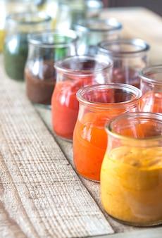 Asortyment sosów w szklanych słoikach