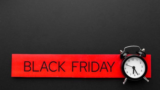 Asortyment sprzedaży w czarny piątek na czarnym tle