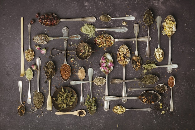 Asortyment suchej herbaty w vintage łyżki