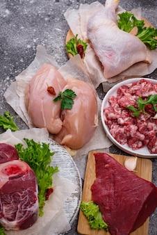 Asortyment surowego mięsa: kurczak, wołowina, cielęcina i mięso mielone