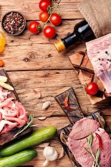 Asortyment surowego mięsa