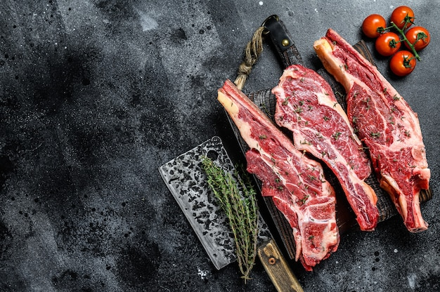 Asortyment surowych kawałków mięsa wołowego na steki z kością
