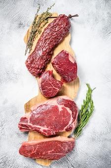 Asortyment surowych steków wołowych polędwica polędwica mignon, ribeye, rostbef