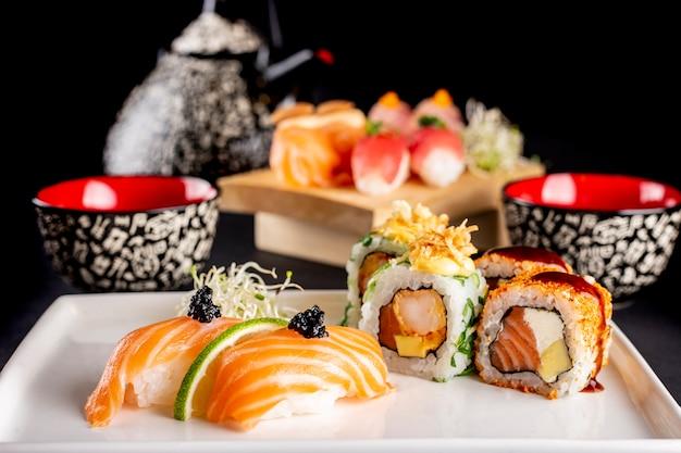 Asortyment sushi na talerzu
