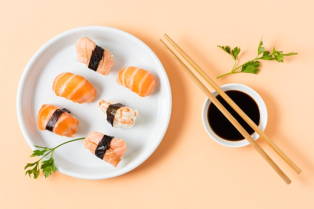 Asortyment sushi podawany z soją