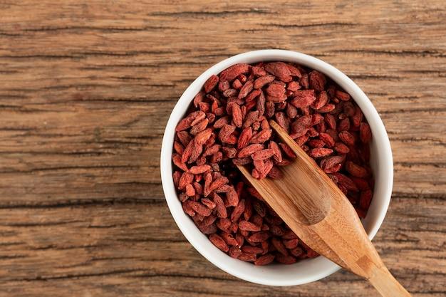 Asortyment suszonych jagód goji w misce