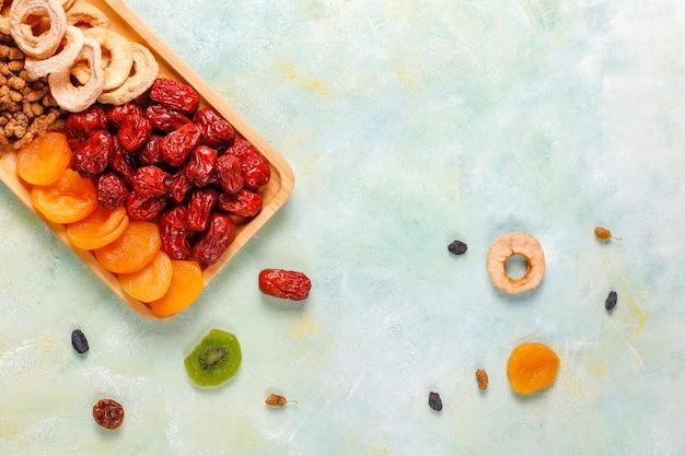 Asortyment suszonych owoców ekologicznych.