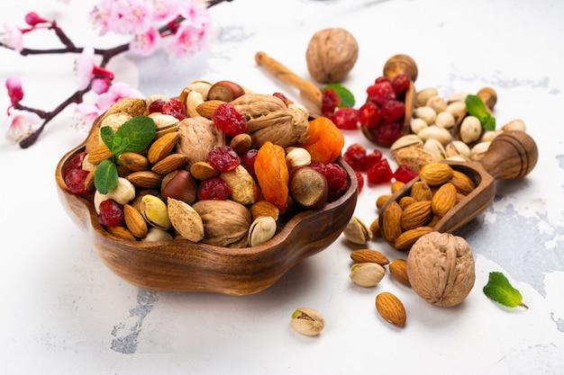 Asortyment suszonych owoców i orzechów