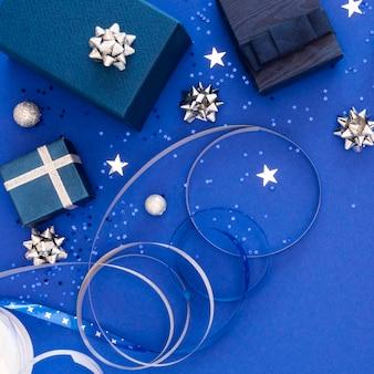Asortyment świątecznych zapakowanych prezentów na płasko